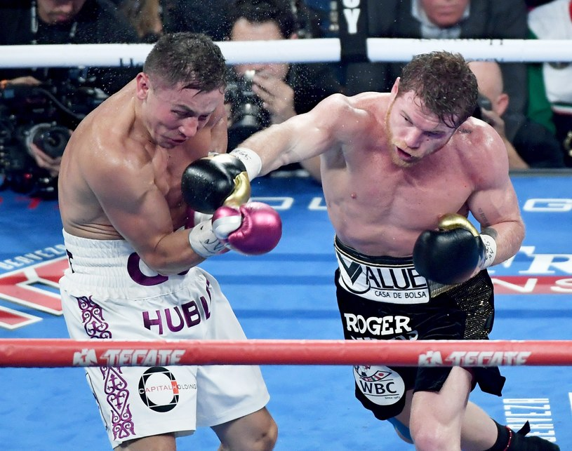 """Saul """"Canalo"""" Alvarez (z prawej) pokonał na punkty Giennadija Gołowkina /AFP"""
