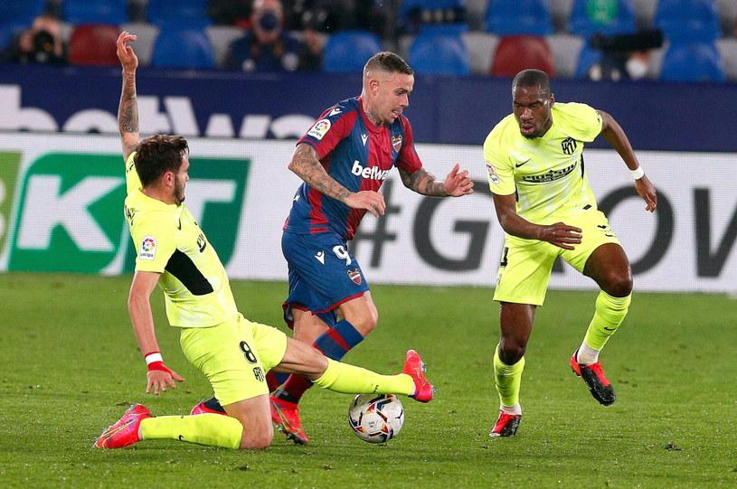 Saul Niguez (Atletico, z lewej) atakuje zaciekle Rogera Marti /PAP