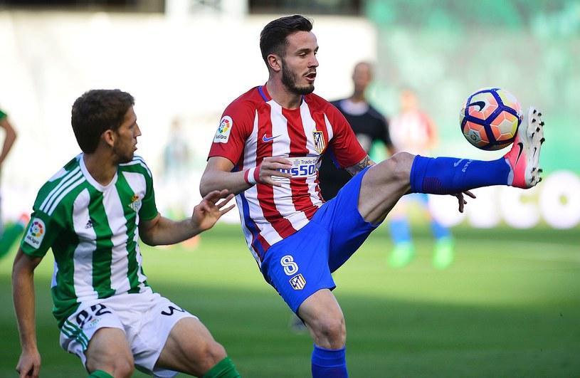 Saul Niguez podczas meczu ligowego z Betisem Sewilla /AFP