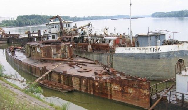 """""""Sava"""", czyli były """"Bodrog"""" przy molo w Belgradzie od 50 lat czeka na remont. /INTERIA.PL"""