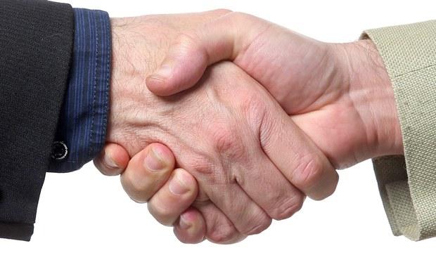 Savoir-vivre: Podawanie dłoni na powitanie