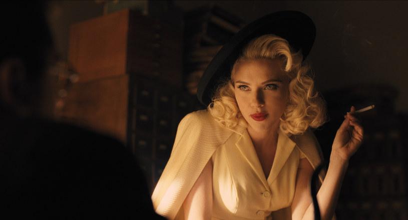 "Scarlett Johansson (DeeAnna Mora) w filmie ""Ave, Cezar!"" /materiały dystrybutora"