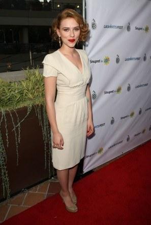 Scarlett w kremowej sukni /Getty Images/Flash Press Media