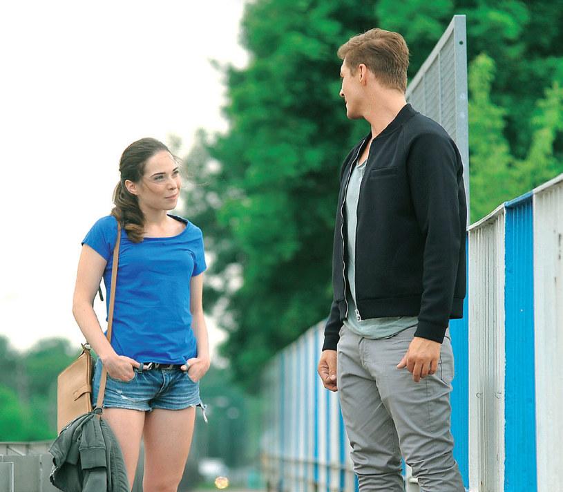 """Scena z serialu """"M jak miłość"""". Ania pozna Marcina na moście. Co stanie się potem? Dowiemy się w październiku /Tele Tydzień"""