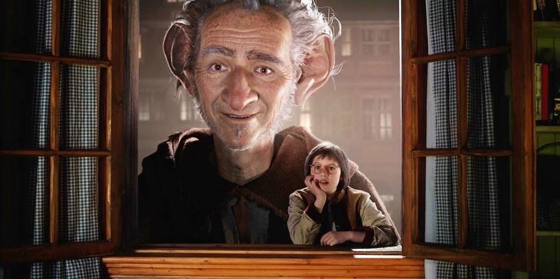 Scenariusz swojego najnowszego filmu Steven Spielberg oparł na powieści brytyjskiego pisarza Roalda Dahla /materiały prasowe
