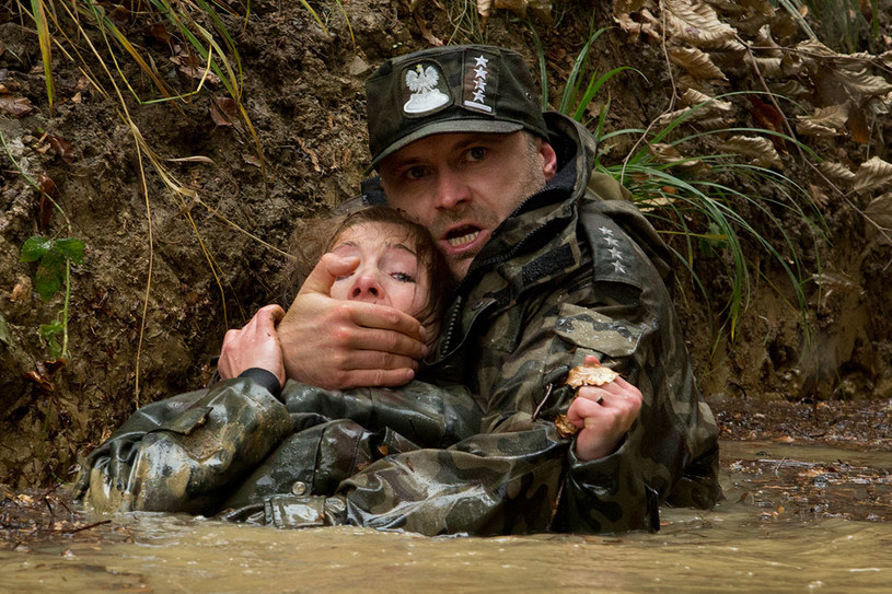 Scenę ucieczki przed niedźwiedziem Leszek Lichota wspomina jako najtrudniejszą. /HBO