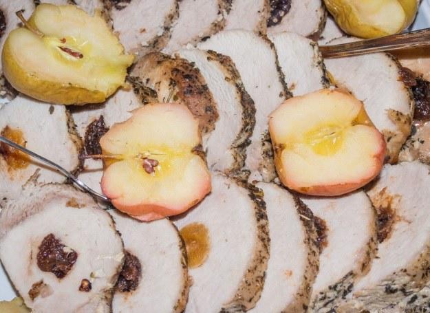 Schab nadziewać możesz śliwką, jabłkiem lub żurawiną /123RF/PICSEL