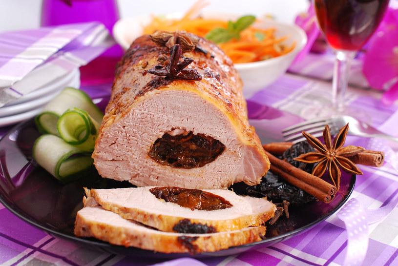 Schab pieczony ze śliwkami i daktylami to dobra propozycja na świąteczny obiad /123/RF PICSEL /123RF/PICSEL