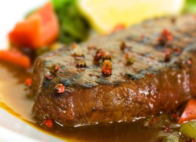 Schab smakuje doskonale z aromatyczym sosem /123RF/PICSEL