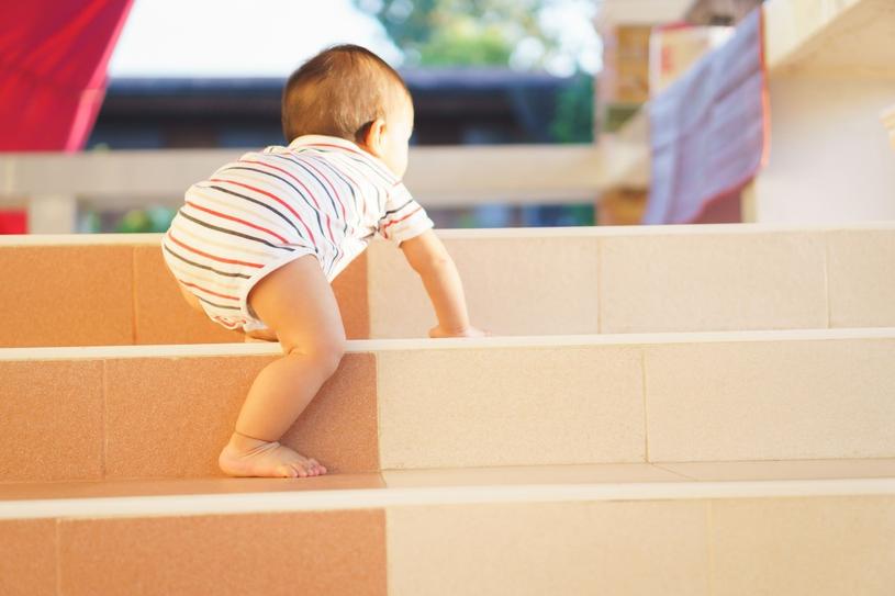 Schody przed najmłodszymi warto zabezpieczyć specjalną barierką /123RF/PICSEL