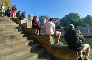 Schody z widokiem na Notre Dame