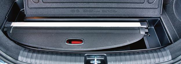 Schowek położony najbliżej progu jest głębszy – ma 25 cm (przewidziano w nim miejsce na zdjętą roletę oraz siatkę oddzielającą bagażnik od kabiny). /Motor