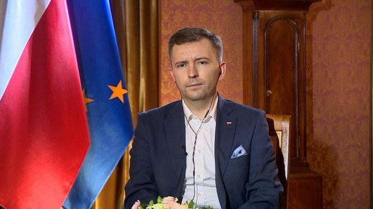 Schreiber przypomniał zapowiedziany przez premiera program tzw. tarczy 2.0 zakładający wsparcie przedsiębiorców kwotą 35 mld zł z PFR /Polsat News