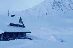 Schronisko w Dolinie Pięciu Stawów zimą
