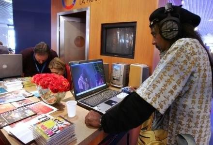 Ściąganie to moda. Kupienie legalnej muzyki czy oryginalniej gry jest postrzegane jako 'obciach'. /AFP