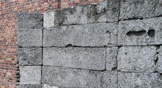 Ściana Straceń w niemieckim obozie koncentracyjnym Auschwitz /Piotr Guzik /Agencja FORUM