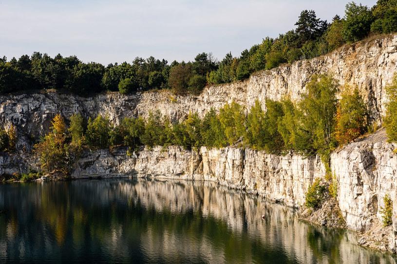 Ściany wapienne na Zakrzówku są bardzo strome i wysokie /123RF/PICSEL