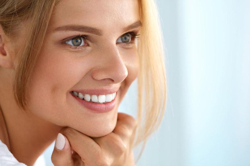 Ścieranie zębów sprawia, że stają się krótsze i żółte /123RF/PICSEL