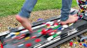 Ścieżka bólu - na bieżnię wysypali klocki Lego