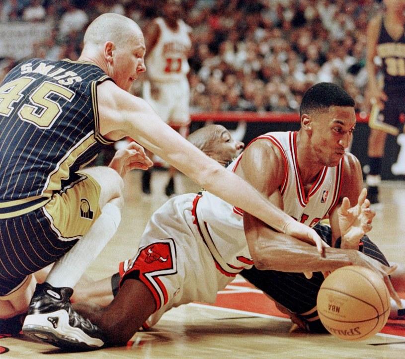 Scottie Pippen (z prawej) za czasów gry w Chicago Bulls /AFP