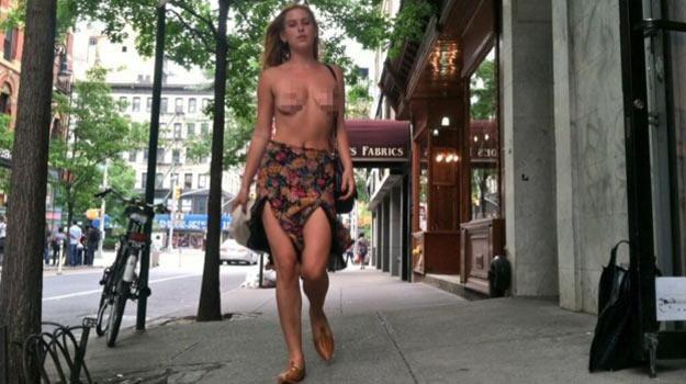"""Scout Willis podczas akcji """"uwalniania piersi"""" - fot. Instagram /"""