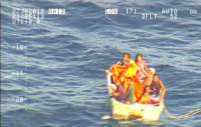 Screen z filmu pokazującego łódź na Oceanie Spokojnym z siedmioma osobami, które przeżyły /New Zealand Defence Force  /East News