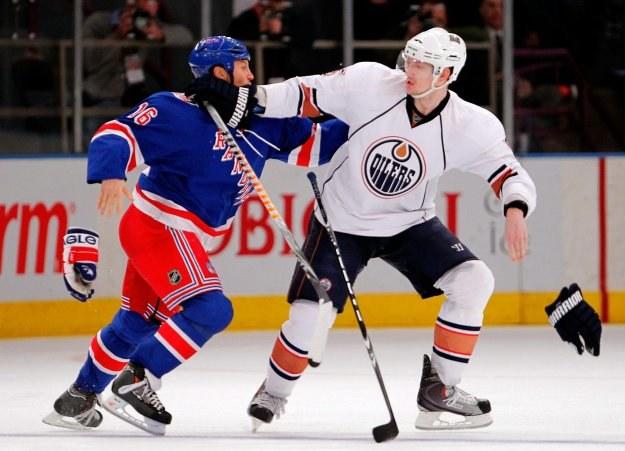 Sean Avery (new York Rangers) atakuje Ladislava Smida z Edmonton Oilers /AFP