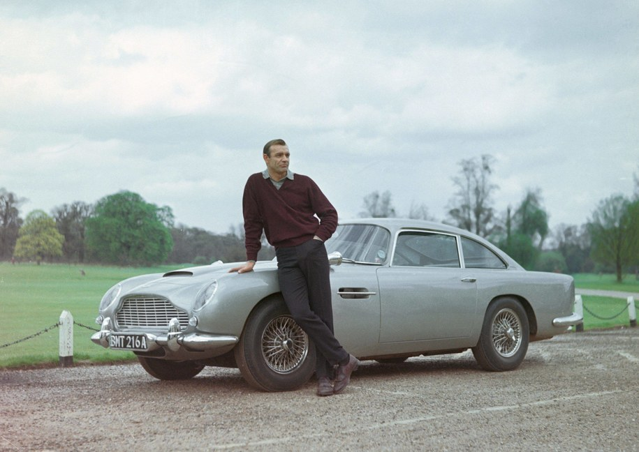 "Sean Connery i Aston Martin DB5 na planie filmu ""Goldfinger"" /The Legacy Collection    /PAP/Photoshot"