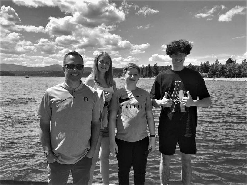 Sean Fredrickson z trójką dzieci/ Żródło: Twitter @BrennaKellyNews /