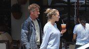Sean Penn na spacerze z młodą partnerką