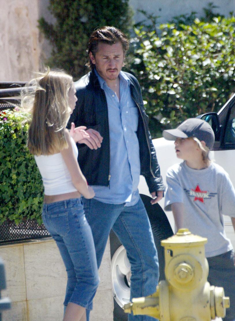 Sean Penn z dziećmi, 2002 rok /Frazer Harrison /Getty Images