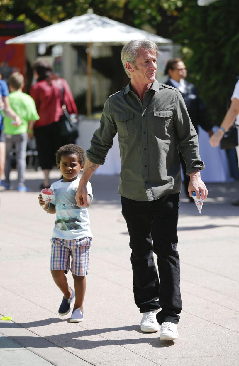 Sean Penn z synkiem Charlize Theron /Joe Scarnici /Getty Images