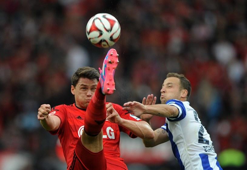 Sebastian Boenisch (z lewej, w meczu z Herthą Berlin) wywalczył miejsce w składzie Bayeru, ale do reprezentacji Polski nie dostaje powołań. /AFP