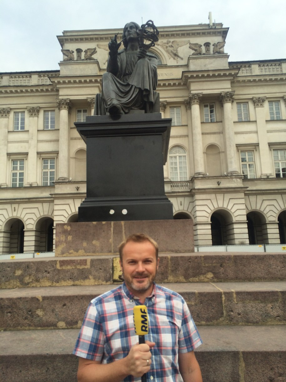 Sebastian Łabęda przed pomnikiem Mikołaja Kopernika /Michał Dobrołowicz /RMF FM