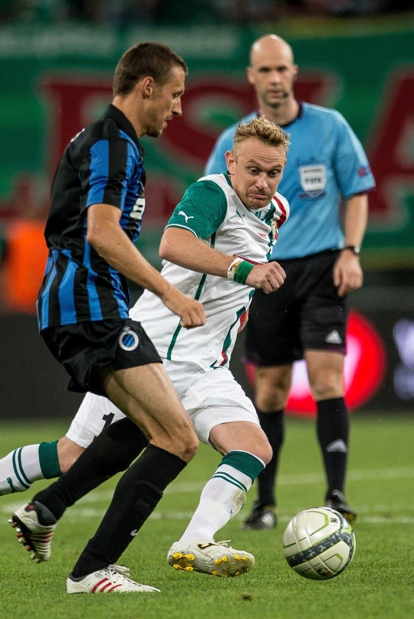 Sebastian Mila (na biało) kontra Timmy Simmons z Clube Brugge. /Maciej Kulczyński /PAP