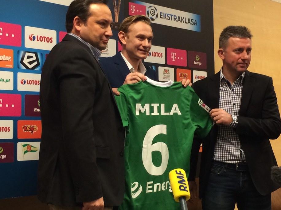 Sebastian Mila z koszulką z numerem 6 /Kuba Kaługa /RMF FM