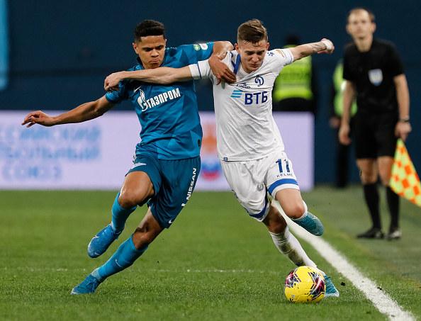 Sebastian Szymański (z prawej) w barwach Dynama Moskwa /Epsilon /Getty Images