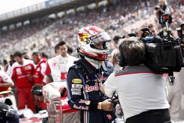 Sebastian Vettel odpowiada na pytania dziennikarzy /AFP