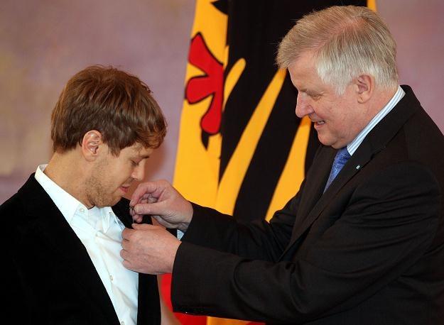 Sebastian Vettel odznaczany Złotym Wawrzynem przez Horsta Seehofera /AFP