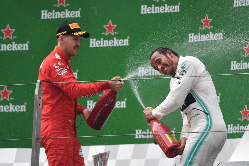 Sebastian Vettel (z lewej) i Lewis Hamilton  na podium Grand Prix Chin /AFP