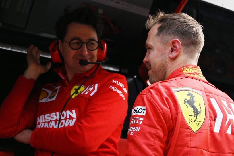 Sebastian Vettel (z prawej) rozmawia z szefem Ferrari - Mattią Binotto /AFP