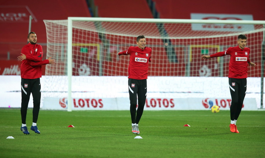 Sebastian Walukiewicz (L), Robert Lewandowski (C) i Jakub Moder (P) podczas treningu kadry w Chorzowie / Andrzej Grygiel    /PAP