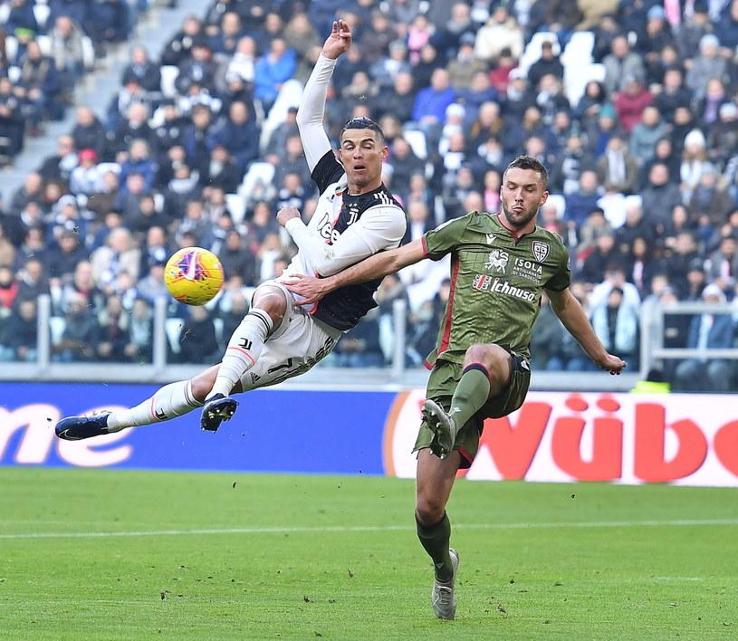 Sebastian Walukiewicz w pojedynku z Cristiano Ronaldo /PAP/EPA