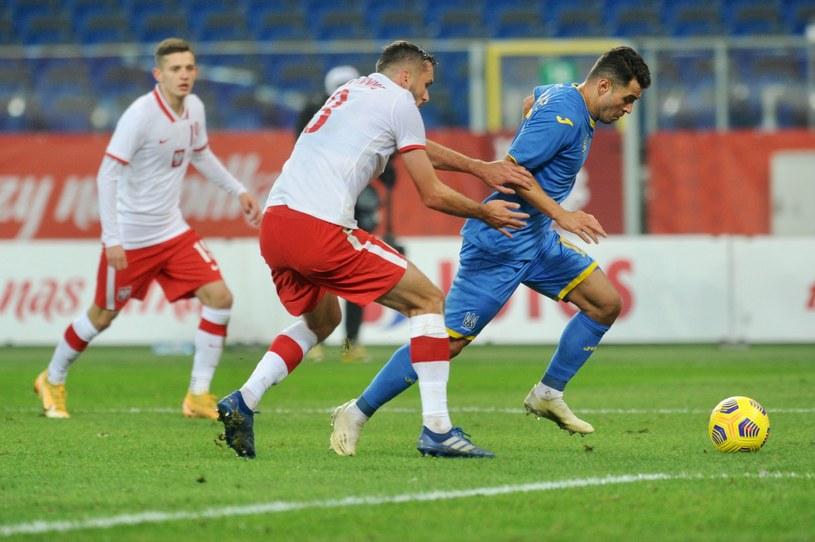 Sebastian Walukiewicz walczy o piłkę z Juniorem Moraesem podczas meczu Polska - Ukraina w Chorzowie /Bartosz Siedlik /AFP