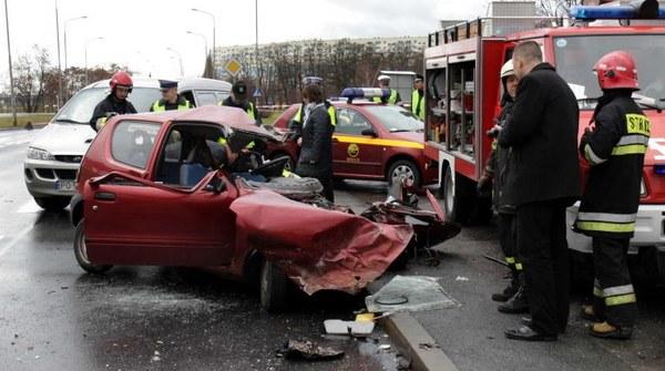 Młoda kobieta prowadząca seicento zginęła w wypadku, w którym prowadzony przez nią samochód zderzył się z autobusem miejskim. Zdarzenie miało miejsce 3 grudnia w godzinach porannych w Poznaniu.