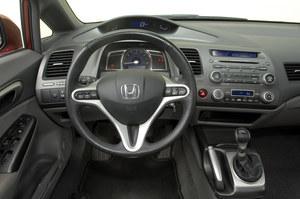 """Sedan: wnętrze sedana jest nieco bardziej zachowawcze, choć nie traci wiele ze swojego """"kosmicznego"""" charakteru. Wielki wskaźnik pośrodku to obrotomierz. /Motor"""