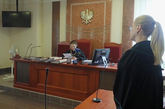 Sędzia Anna Jamiołkowska i mecenas Ewa Filon-Żmojda podczas ogłoszenia wyroku / Artur Reszko    /PAP