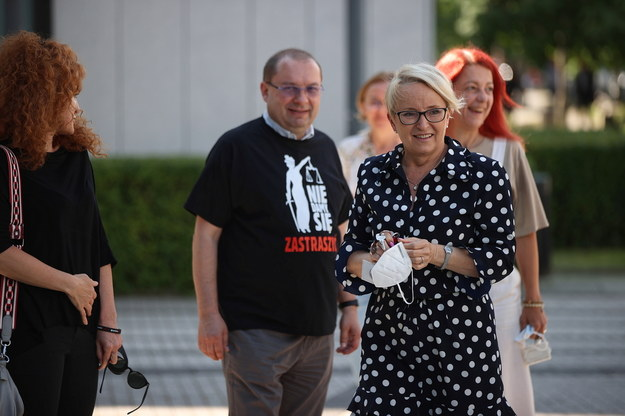 Sędzia Beata Morawiec (P) witana przed budynkiem Sądu Apelacyjnego w Krakowie /Łukasz Gągulski /PAP
