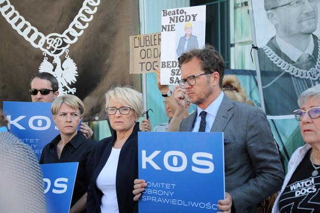 Sędzia Beata Morawiec (w środku) przed siedzibą Sądu Najwyższego w Warszawie /Wojciech Olkuśnik /PAP