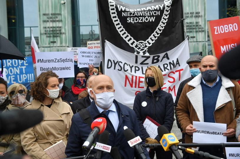 Sędzia Dariusz Mazur przemawia podczas manifestacji poparcia dla sędzi Beaty Morawiec przed Sądem Najwyższym w Warszawie / Radek Pietruszka   /PAP
